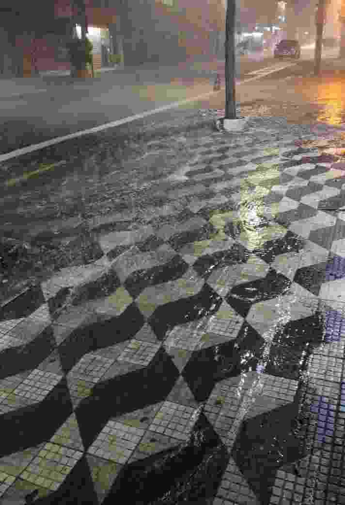 Calçada e parte da rua Sabará, em Santa Cecília, parcialmente alagada pela intensa chuva que atingiu várias partes da Capital - Arthur Stábile/UOL