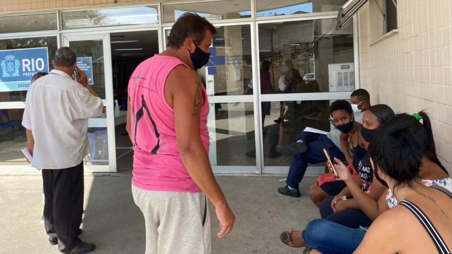 Agente funerário (de camisa branca e de costas) fala com famílias de pessoas mortas com suspeita de covid no Hospital Municipal Ronaldo Gazolla, no RJ - Herculano Barreto Filho/UOL