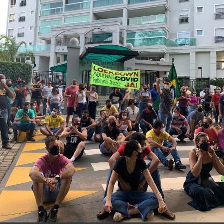 Protesto em frente ao apartamento da prefeita de Palmas (TO), Cinthia Ribeiro (PSDB-TO), em 11/03/2021 contra as medidas de restrição - Redes sociais