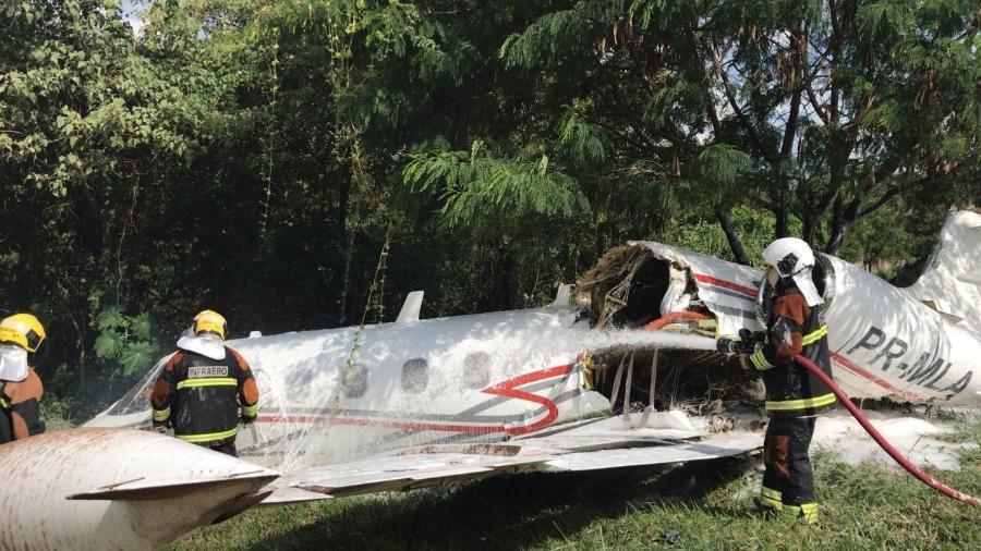 20.abr.2021 - Aeronave cai no Aeroporto da Pampulha, em Belo Horizonte - Corpo de Bombeiros