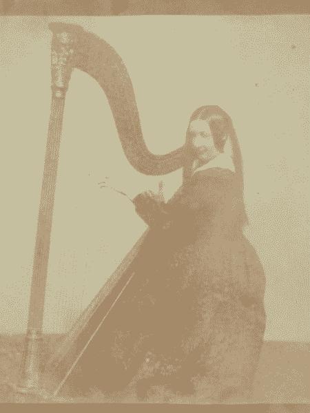Foto de Henrietta Horatia Maria Gaisford, irmã de Talbot, tocando harpa - Reprodução/Sotheby's - Reprodução/Sotheby's