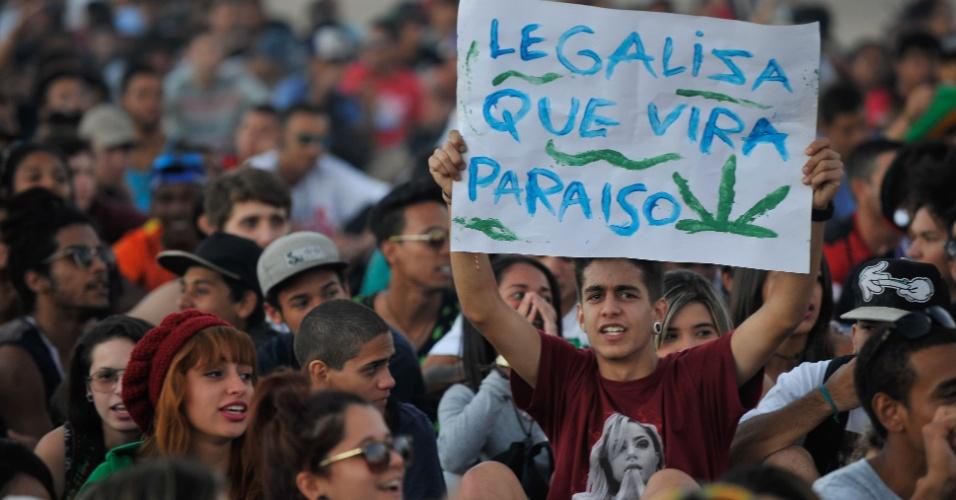 24.jun.2015 - Manifestantes participam da Marcha da Maconha, que pede a legalização da droga, na Esplanada dos Ministérios, em Brasília, nesta quarta-feira (24)
