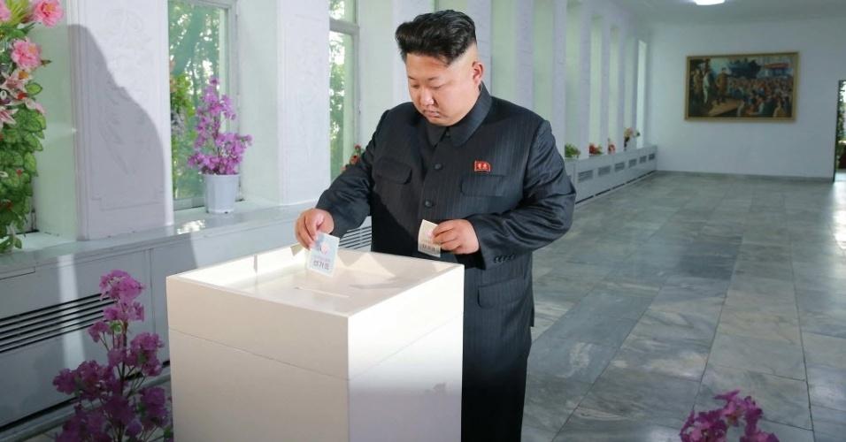 """21.jul.2015 - O ditador da Coreia do Norte, Kim Jong-un, deposita voto na urna durante as eleições que irão escolher cerca de 30 mil representantes nas assembleias populares locais, em Pyongyang. A imagem, sem data confirmada, foi divulgada nesta terça-feira pela agência estatal de notícias, a """"KCNA"""""""