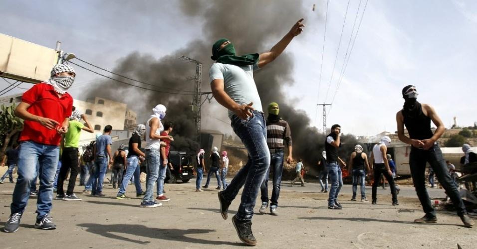 Palestinos atiram pedras durante confronto com as forças de segurança de Israel na cidade de Hebron. Também houve conflitos no túmulo de José, na Cisjordânia