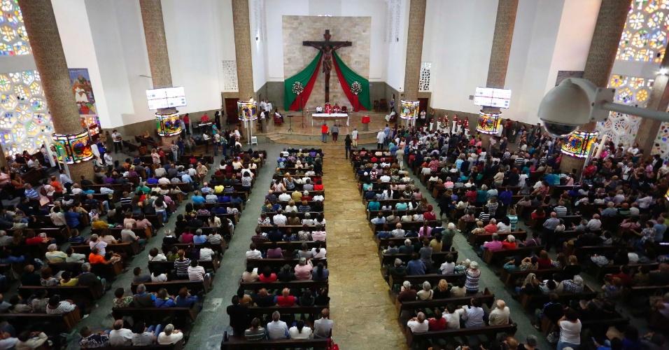 28.out.2015 - Igreja de São Judas Tadeu, no Jabaquara, zona Sul de São Paulo (SP), fica lotada no dia do santo das causas impossíveis
