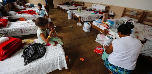 Mãe e filhos se acomodam em hotel em Mariana (MG) após a tragédia 5fb2579d8054e
