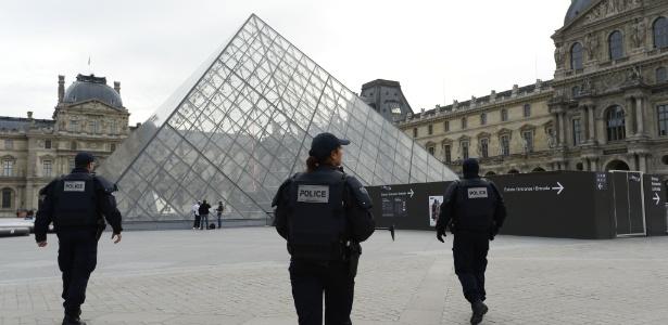 Policiais fazem a segurança no Louvre em Paris; museu reabre nesta segunda - Bertrand Guay/AFP Photo