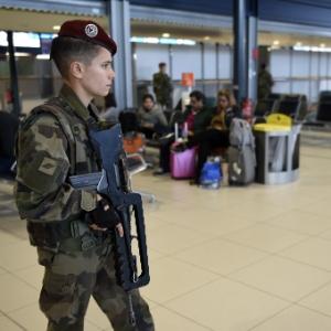 Patrulha policial no aeroporto Charles de Gaulle, em Paris, depois da série de ataques ocorrida na sexta-feira (13) - Eric Feferberg/AFP