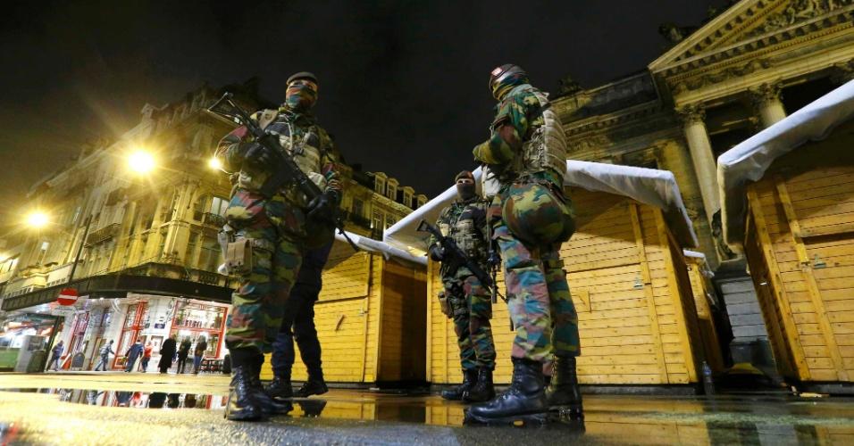 21.nov.2015 - Soldados belgas patrulham o centro de Bruxelas na Bélgica, neste sábado (21). A ruas estão vazias e o serviço de transporte foi suspenso em razão do alerta máximo sobre a possibilidade de ataques terroristas no país