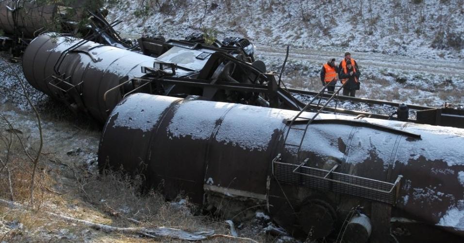 2.jan.2015 - Um trem de carga que transportava resina de ureia descarrilou próximo ao vilarejo de Wezowka, na região de Mazury, no norte da Polônia