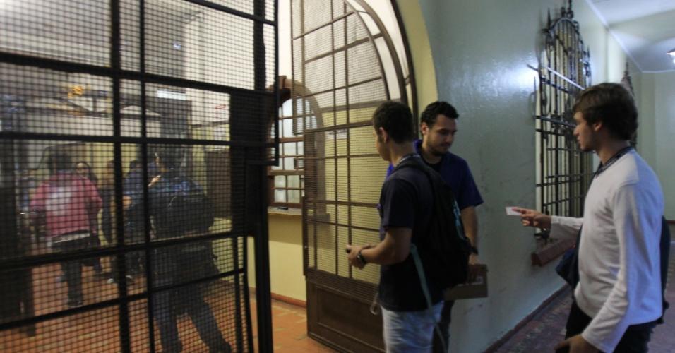 6.jan.2016 - Alunos retornaram às aulas nesta manhã na Escola Estadual Fernão Dias Paes, na zona oeste de São Paulo. A unidade permaneceu ocupada por estudantes durante 55 dias. Eles protestavam contra o projeto estadual de reorganização da rede de ensino. A escola foi desocupada na na tarde de segunda-feira (4)