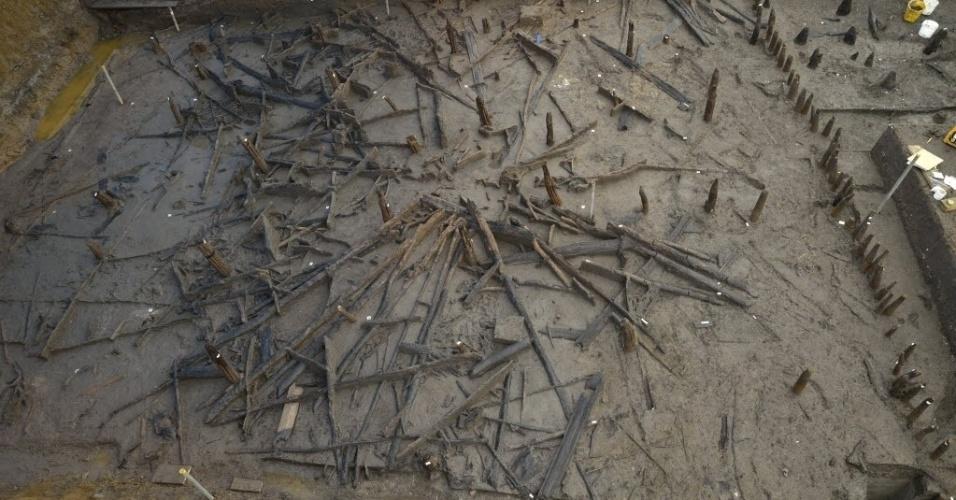 12.jan.2016 - Imagem cedida pelo Departamento de Arqueologia da Universidade de Cambridge mostra vestígios de edifícios circulares construídos durante a Idade do Bronze ( 3300 a.C.) encontrado na pedreira Must Farm, Whittlesey, Reino Unido no último dia 8 de janeiro. A escavação recuperou vários instrumentos e objetos pertencentes a época e permitirá um estudo mais detalhado de como era a vida naquela época. Segundo os arqueólogos, o assentamento foi destruído pelo fogo e, posteriormente coberto pelo rio, graças ao qual os objetos encontrados nos sedimentos de turfa do rio Nene foram preservados em condições extraordinárias