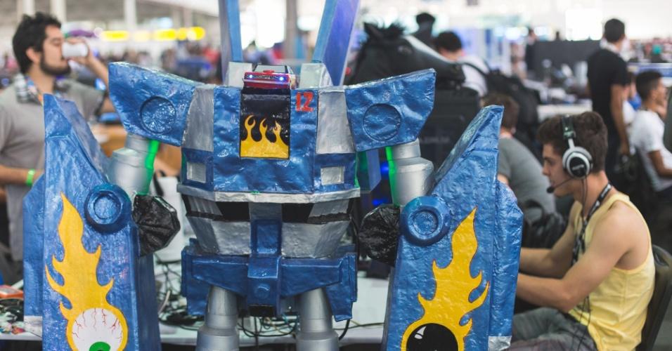"""27.jan.2016 - A Campus Party 2016, que acontece até o dia 31 de janeiro no Anhembi, em São Paulo, também é palco para os """"campuseiros"""" mostrarem seus casemods, como são chamados os gabinetes personalizados de computadores de mesa. Na foto acima, casemod de robô é exibido no pavilhão do Anhembi"""