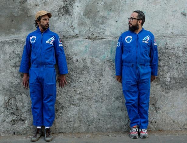 Arturo Hernandez (esq) e Alex Marin y Kall, do grupo de ativistas comediantes Supercívicos, na Cidade do México