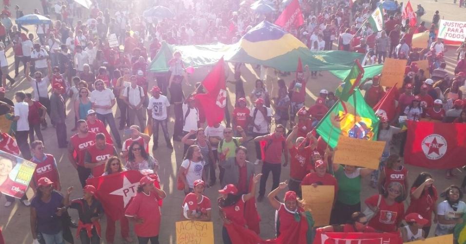 18.mar.2016 - Manifestantes participam de protesto a favor do governo Dilma, de Lula e do PT em Brasília