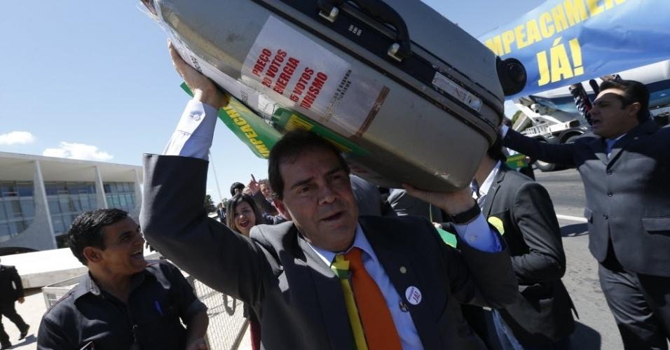 7.abr.2016 - O deputado Paulinho da Força (SDD) e outros parlamentares da oposição favoráveis ao impeachment fazem caminhada até o Palácio do Planalto, em Brasília (DF), para entregar simbolicamente um aviso prévio de saída a presidente Dilma Rousseff