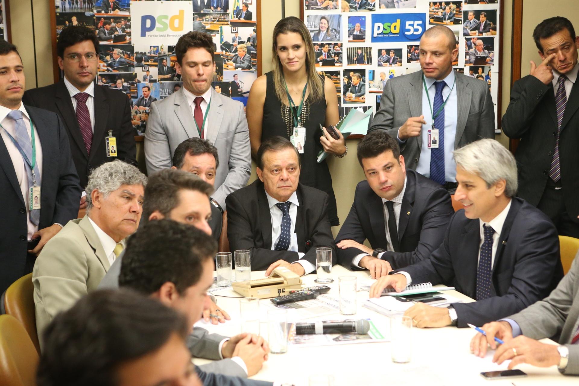 8.abr.2016 - O deputado Jovair Arantes (PTB-GO) (centro) acompanha a reunião de líderes dos partidos e integrantes da Comissão Especial de Impeachment, na Câmara dos Deputados, em Brasília (DF), antes do início da sessão do dia