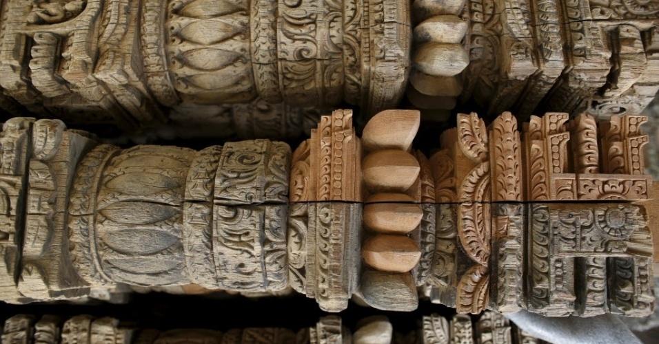 25.abr.2016 - Essa escultura de madeira foi reparada após ser recuperada de um templo que desabou por causa do terremoto de magnitude 7,8 que atingiu o Nepal há exatamente um ano. Na foto, ele é colocado sobre a praça Patan Durbar, em Lalitpur. Os moradores de Katmandu se preparam para lembrar o um ano do pior terremoto da história do país. Milhões de pessoas ainda vivem em abrigos temporários