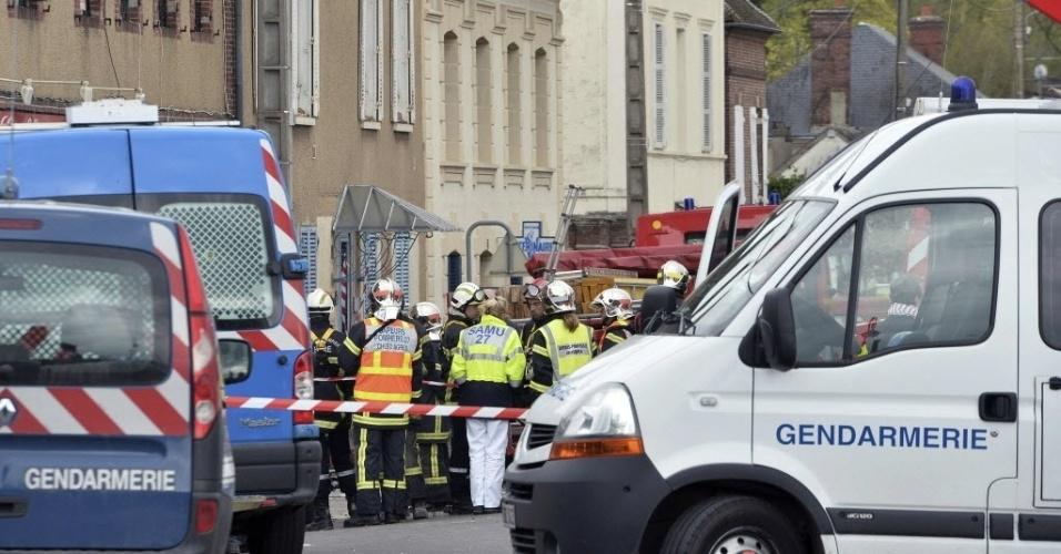 23.abr.2016 - Bombeiros trabalham no local de uma explosão, aparentemente de gás, em Nonancourt, centro de França. Pelo menos duas pessoas ficaram feridas e ainda não há informações sobre os desaparecidos