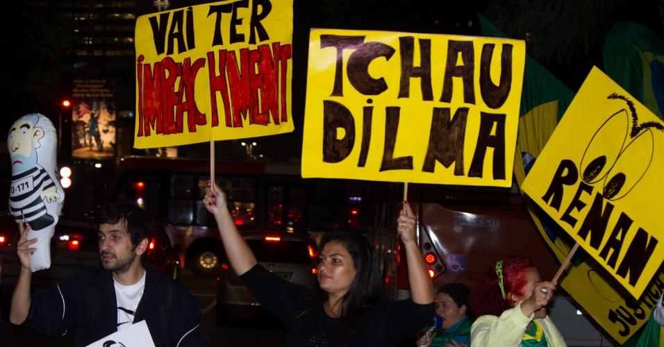 6.mai.2016 - Manifestantes fazem protesto contra a presidente Dilma Rousseff em frente ao Masp (Museu de Arte de São Paulo), na avenida Paulista, em São Paulo. Eles comemoram a aprovação do relatório favorável ao processo de impeachment feito pelo senador Antonio Anastasia (PSDB-MG). Na próxima quarta, o plenário do Senado deve decidir sobre o afastamento de Dilma