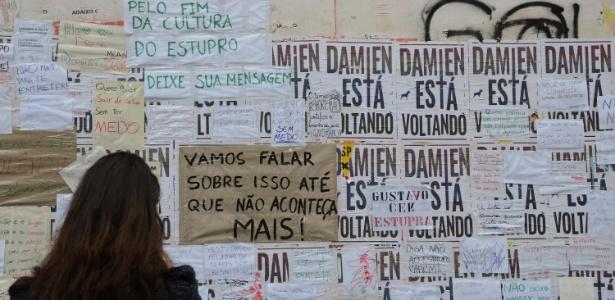 28.mai.2016 - Mulher observa mural de protesto contra o estupro de uma menina de 16 anos por 30 homens no Rio de Janeiro