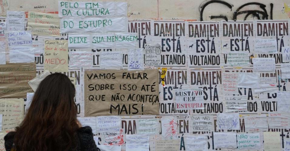 28.mai.2016 - Mulher observa mural de protesto contra o estupro de uma menina de 16 anos por supostamente 33 homens no Rio de Janeiro. As mensagens foram instaladas no vão livre do Masp, na avenida Paulista, região central de São Paulo.