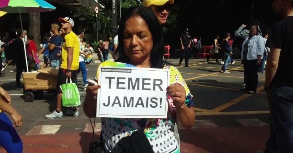 29.mai.2016 - Presidente interino, Michel Temer, é alvo de protesto de manifestante na 20ª Parada do Orgulho LGBT