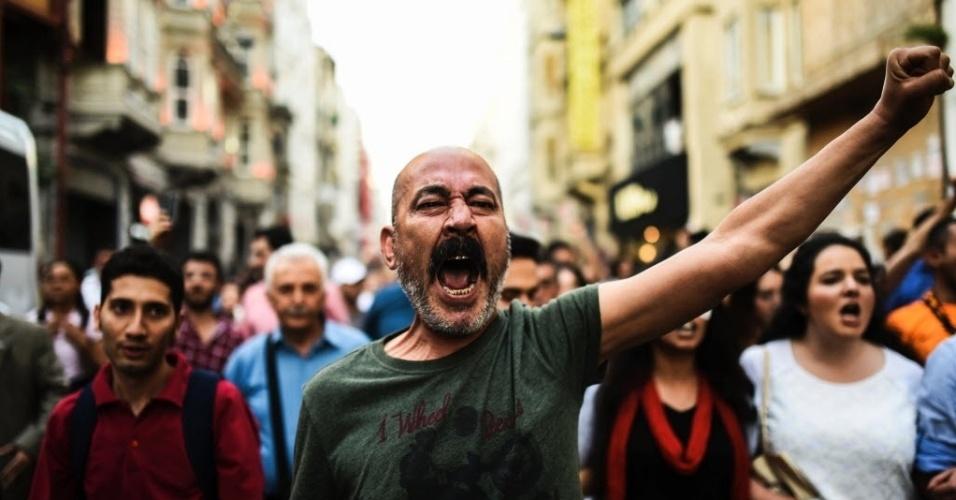 """1º.jun.2016 - Manifestante grita slogan em ato que lembrou os três anos do início da ocupação do parque Gezi, na praça Taksim, em Istambul, na Turquia. O movimento que ficou conhecido como """"Occupy Gezi"""" começou no fim de maio de 2013 e se intensificou após as tentativas do governo de desocupar a praça. Os manifestantes, que protestavam contra reformas na área, dentre outras diversas reivindicações, foram violentamente combatidos pela polícia. Os atos perderam força em agosto do mesmo ano"""