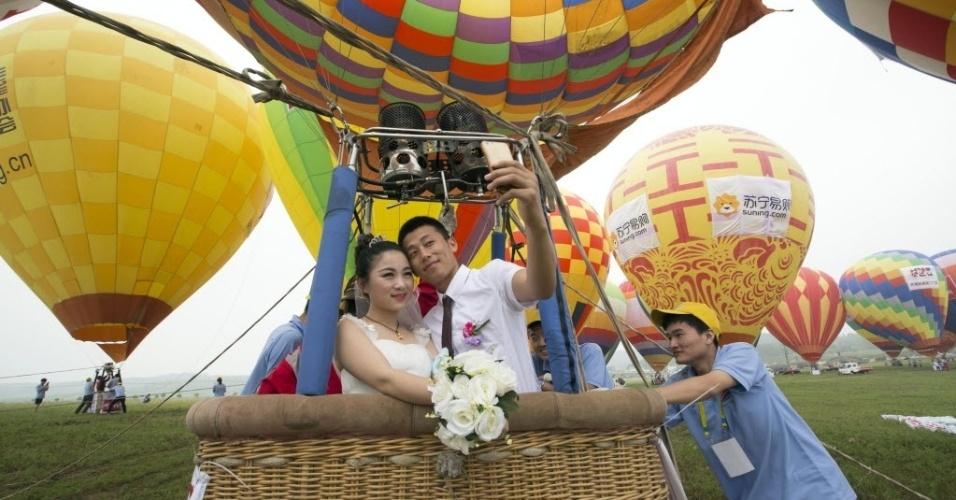 10.jun.2016 - Casais participam de uma cerimônia de casamento em grupo na cidade de Nanquim, na China. Cinquenta casais participaram do evento realizado dentro de balões