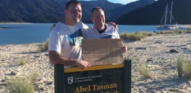 Ativistas Duane Major (à esq.) e Adam Gardner comemoraram a compra da praia na Nova Zelândia