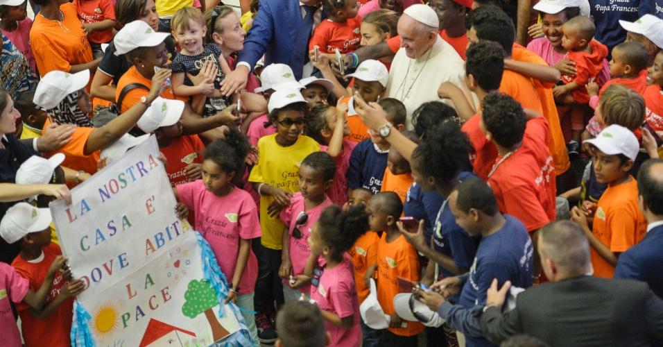 3.ago.2016 - Papa Francisco é cercado por dezenas de crianças refugiadas durante audiência geral no Vaticano