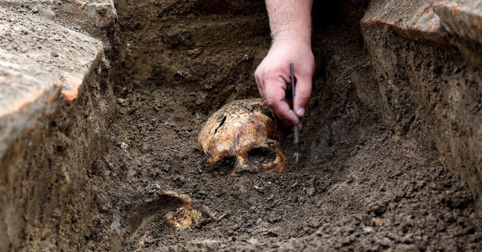 9.ago.2016 - Fósseis de 2 mil anos atrás achados na última semana na Sérvia causam um mistério entre cientistas. Juntos aos restos humanos, pesquisadores encontraram dois amuletos de chumbo que continham dentro rolos de metais preciosos - ouro e prata - cobertos de símbolos e escritos. Entre os escritos, em aramaico, estão nomes de demônios conectados ao atual território da Síria. Os arqueólogos acreditam que os escritos sejam feitiços - magias eram enterradas com corpos que sofreram mortes violentas