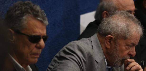 O ex-presidentre Luiz Inácio Lula da Silva e o cantor, compositor e escritor Chico Buarque (à esq.) acompanham da galeria o discurso da presidente afastada, Dilma Rousseff, no Senado Federal, em Brasília - André Dusek/Estadão Conteúdo