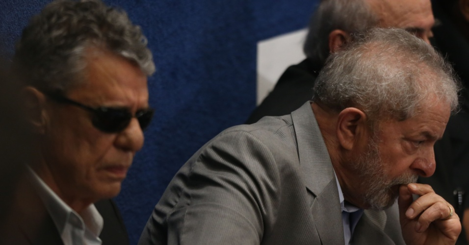 29.ago.2016 - O ex-presidentre Luiz Inácio Lula da Silva e o cantor, compositor e escritor Chico Buarque (à esq.) acompanham da galeria o discurso da presidente afastada, Dilma Rousseff, no Senado Federal, em Brasília, onde ela apresenta sua defesa no processo de impeachment