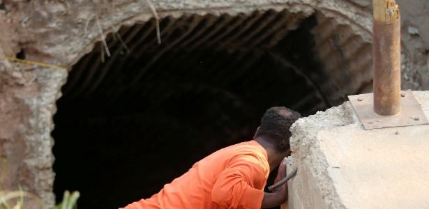 Homem observa entrada de mina de ouro em Laglaagte, África do Sul