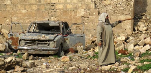 17.dez.2016 - Homem sírio aponta para os destroços de um mercado destruído durante o conflito de Aleppo