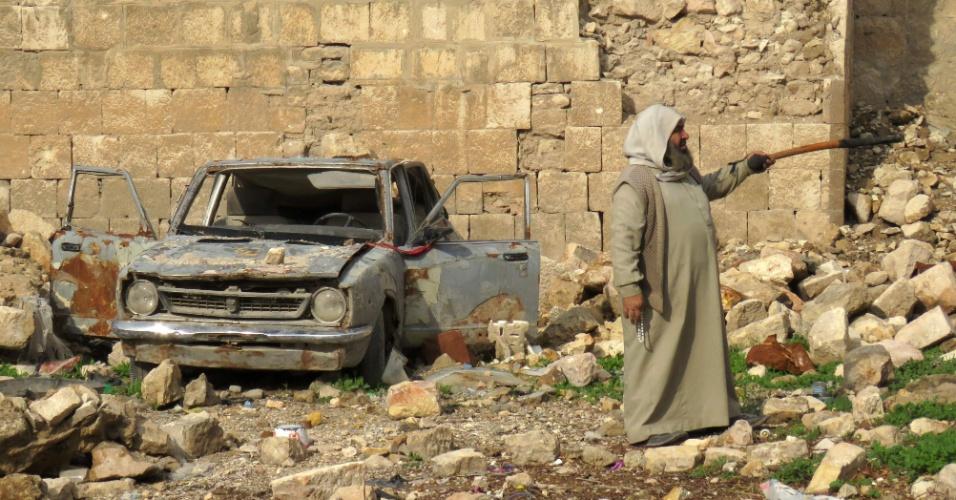 17.dez.2016 - Homem sírio aponta para os destroços de um mercado destruído em Aleppo. A operação de retirada de pessoas das últimas áreas controladas pela oposição na cidade síria de Aleppo está suspensa