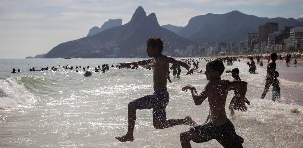 Tarde de forte calor na praia de Ipanema, com sensação térmica acima dos 40°C