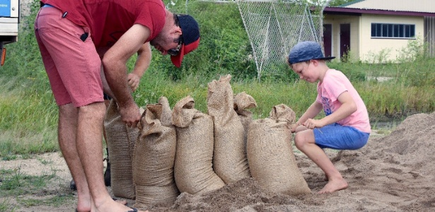 Moradores da cidade de Bowen, na Austrália, enchem saco de areia na preparação para a chegada do ciclone Debbie - AAP/Sarah Motherwell/via REUTERS