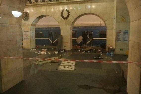 3.abr.2017 - Explosão na estação Sennaya Square do metrô de São Petersburgo, na Rússia, deixou mortos e feridos na manhã da segunda-feira (3). País considera a possibilidade de terrorismo