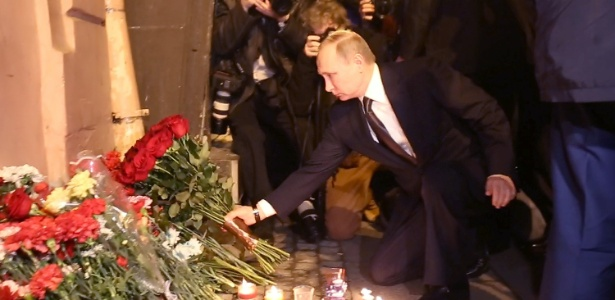 O presidente russo, Vladimir Putin, coloca flores em memória às vítimas de atentado em estação de metrô em São Petersburgo