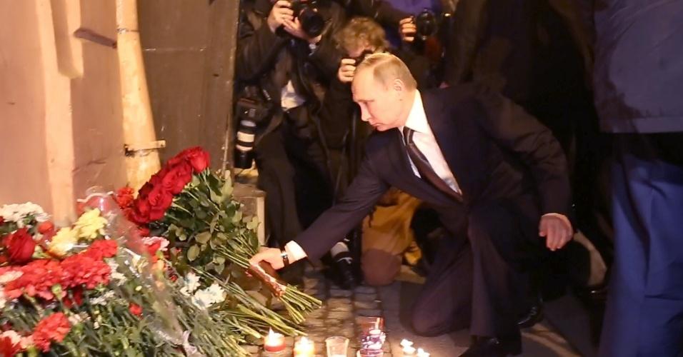 3.abr.2017 - O presidente russo, Vladimir Putin, coloca flores em memória às vítimas de atentado em estação de metrô em São Petersburgo