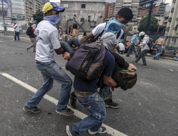 Ativistas venezuelanos afetados por gás usado pelas forças do governo contra protesto