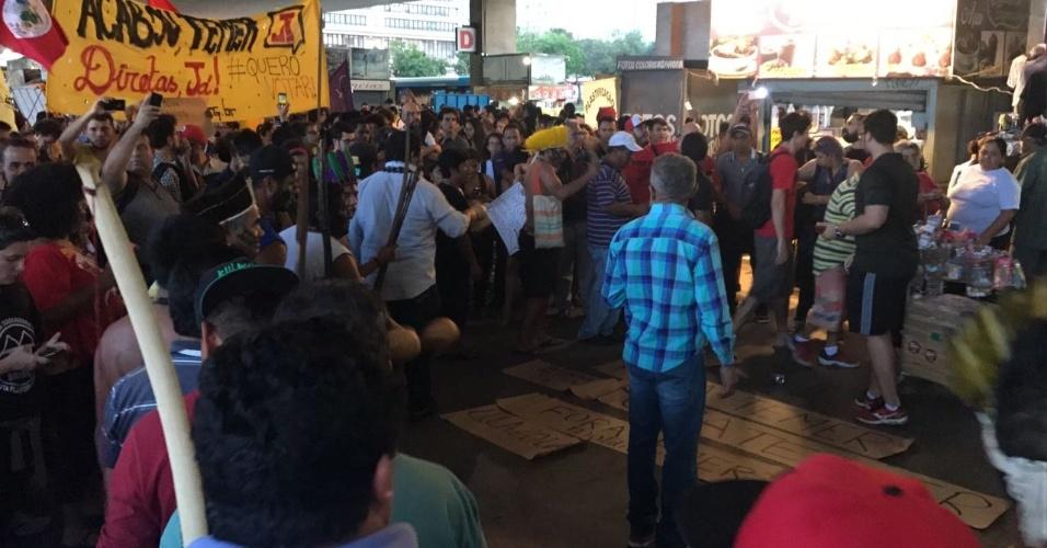 """18.mai.2017 - Grupo de indígenas participa de manifestação contra Michel Temer (PMDB), em Brasília (DF). Eles fazem dança em volta de cartazes com frases que pedem a saída do presidente e a volta de Dilma Rousseff. Em um dos cartazes, há também o pedido: """"Diretas Já"""""""