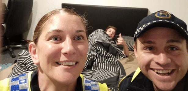 O estudante Reece Park estava deitado na sua cama fazendo um joinha com dois policiais sorridentes na sua frente