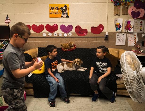 Crianças interagem com cachorro na Escola Pública 209, em Nova York