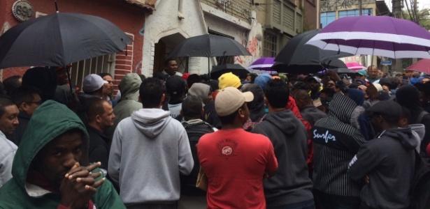 Fila de desempregados em frente à sede da ONG Agefes-saúde, em São Paulo
