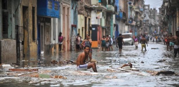 Moradores em rua inundada de Havana após a passagem do furacão Irma