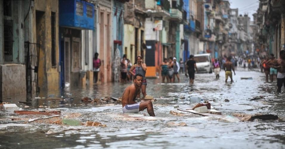 10.set.2017 - Cubanos em uma rua inundada de Havana (Cuba) após passagem do furacão Irma