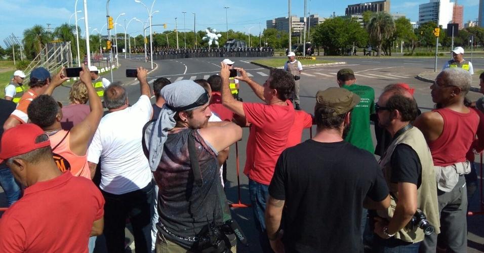 Brigada Militar faz barreira para impedir manifestantes próximos do TRF-4 Policiais da Brigada Militar fazem barreira de contenção para impedir a chegada de manifestantes nas proximidades do TRF-4, em Porto Alegre